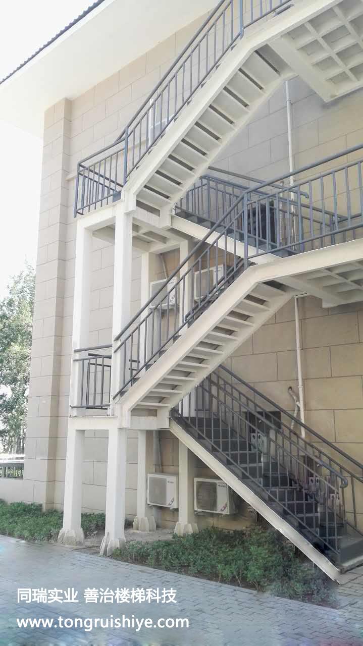如今,相比于传统混凝土结构楼梯,室外钢结构楼梯制作安装相对来说较为简单,且它的式样多变且能够有效的节省建筑面积。不管是家用楼梯还是公共场所楼梯钢结构系列楼梯较为常见,尤其是一些室外场所应用较广泛。外观简洁大气,结构牢固实用。下面同瑞小编带你详细的了解下室外钢结构楼梯制作安装时的一些注意事项吧。
